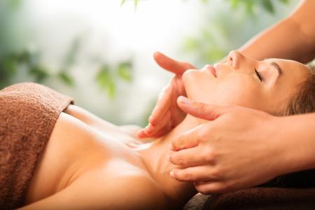 masajes faciales: Hermosa mujer joven que tiene masaje en un salón de spa