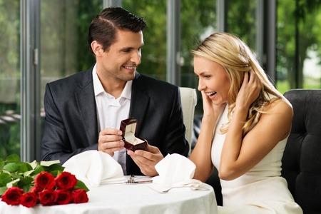 matrimonio feliz: Hombre que sostiene la caja con la toma de anillo de proponer a su novia Foto de archivo