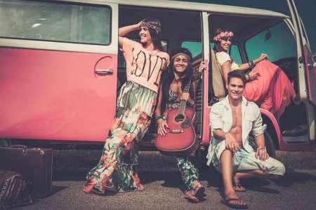 mujer hippie: Amigos hippies multi�tnicos con la guitarra en un viaje por carretera