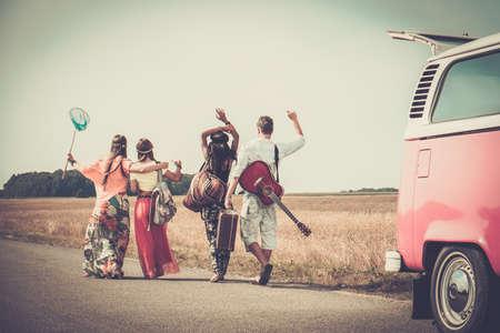 mujer hippie: Amigos hippie multi-étnicas con la guitarra y el equipaje Foto de archivo