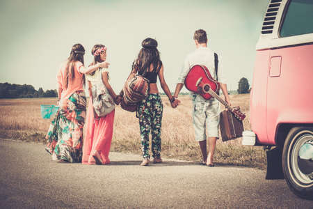 aventura: Amigos hippie multi-étnicas con la guitarra y el equipaje Foto de archivo