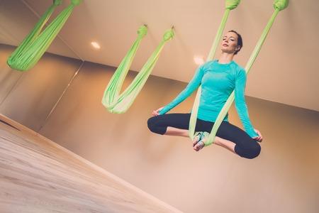 gravedad: Mujer joven el ejercicio de yoga antigravedad realizar Foto de archivo