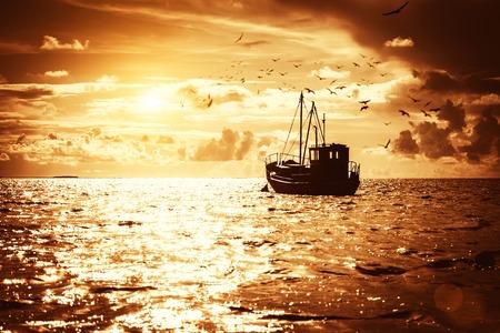 pescador: Barco del pescador en un mar