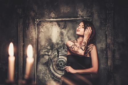 tatouage sexy: Tatoué belle femme dans la vieille intérieur effrayant