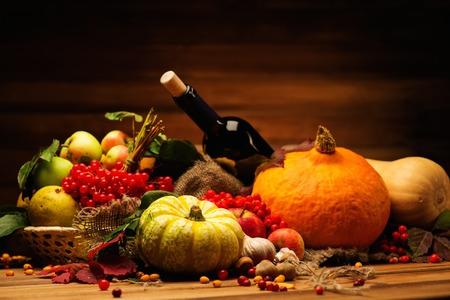 vida natural: Acción de Gracias día otoñal Bodegón con botella de vino Foto de archivo