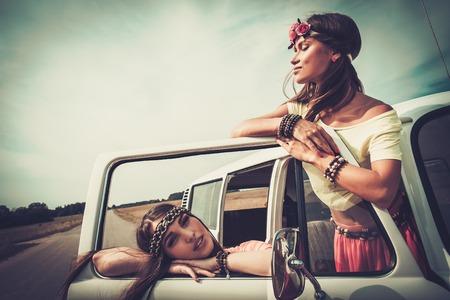 mujer hippie: Niñas Hippie en una minivan en un viaje por carretera