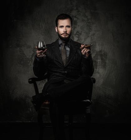 whisky: Handsome bien habillé avec un verre de boisson et de cigares Banque d'images