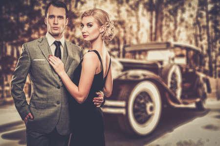 amantes: Hermosa pareja retro contra el coche de la vendimia