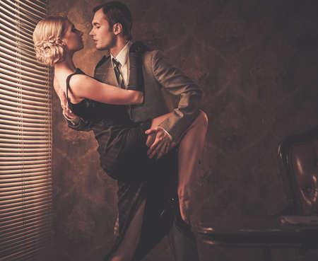 romantique: Couple dans le r�tro int�rieur pr�s d'une fen�tre Banque d'images