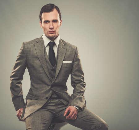 suit: Hombre bien vestido en traje gris