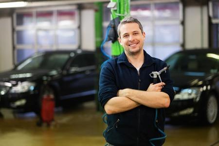 autolavaggio: Uomo allegro in un autolavaggio