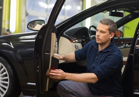 lavar: Trabajador en el interior de un coche limpieza de lavado de coches