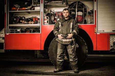 Fröhlich Feuerwehrmann in der Nähe von LKW mit Ausrüstung