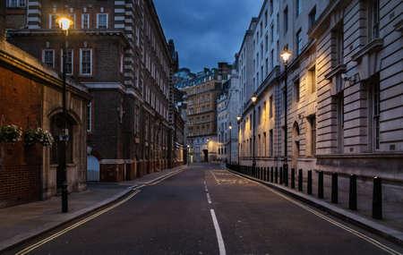 vintage: Lege straat van Londen bij nacht Stockfoto