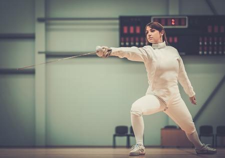esgrimista: Esgrimista joven mujer con espada
