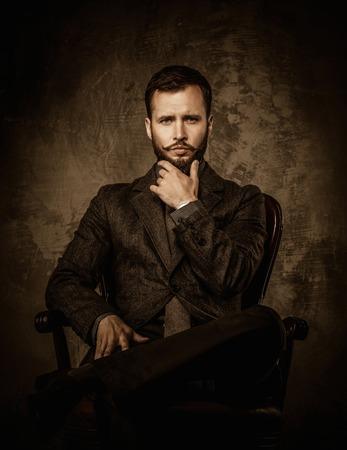 bigote: Hermoso bien vestido sentado en la silla de cuero Foto de archivo