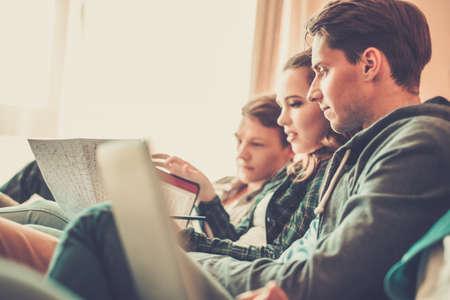 Drei junge Studenten für Prüfungen in der Wohnung Innenraum