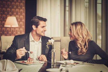 romance: Couple manger le dessert dans un restaurant Banque d'images