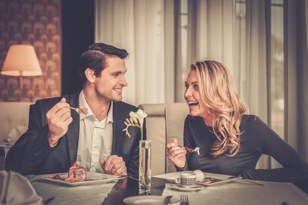 gourmet dinner: Pareja de comer el postre en un restaurante Foto de archivo