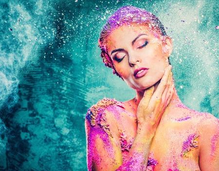 body paint: Hermosa mujer joven con el arte del cuerpo colorido conceptual