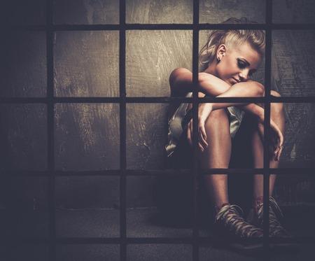delincuencia: Chica adolescente con problemas tras las rejas Foto de archivo