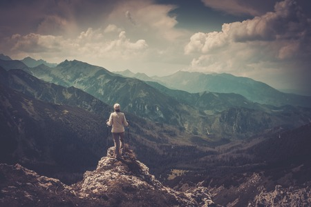 Frau Wanderer auf dem Gipfel eines Berges