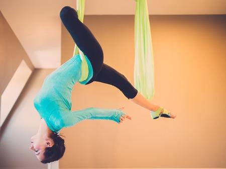 gravedad: Mujer joven ejercicio de yoga antigravedad realizar Foto de archivo