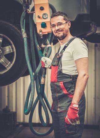 automobile mechanic: Serviceman in a car workshop