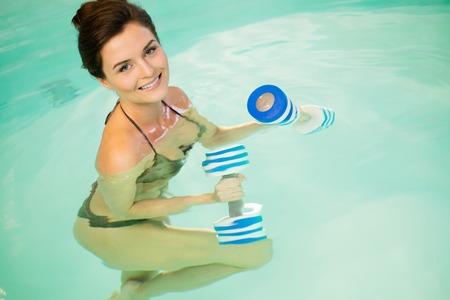 aerobic: Mujer en sesi�n de ejercicios aer�bicos en el agua