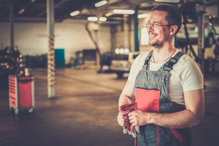 herramientas de mec�nica: El mec�nico en un taller de coches