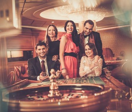 ruleta casino: Grupo de hombres elegantes jugando en un casino