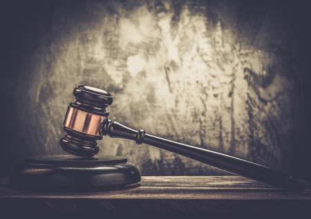 orden judicial: Martillo del juez de mesa de madera Foto de archivo