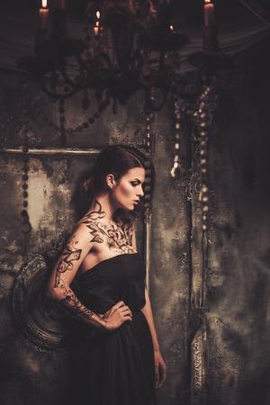 tatouage sexy: Tatoué belle femme dans la vieille intérieur fantasmagorique Banque d'images