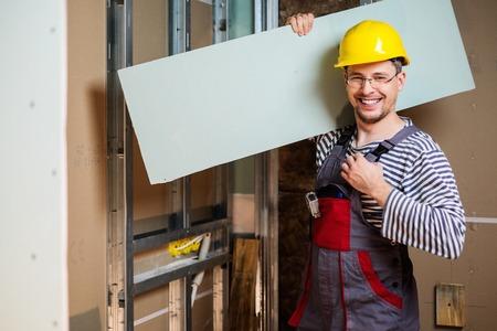 alba�il: Constructor con placas de yeso en interior nuevo edificio
