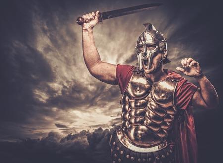 cascos romanos: Soldado legionario contra el cielo tormentoso