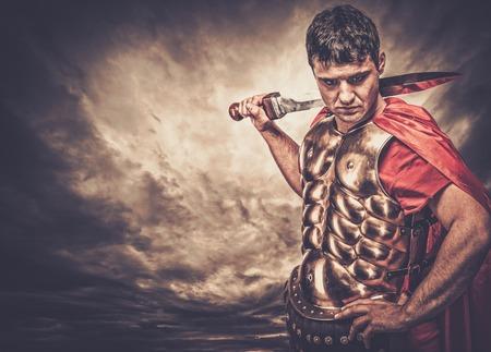 soldati romani: Legionario soldato contro il cielo tempestoso