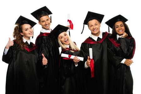 toga graduacion: Multi grupo étnico de los jóvenes estudiantes graduados aislado en blanco