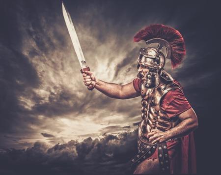 Legionario soldato contro il cielo tempestoso