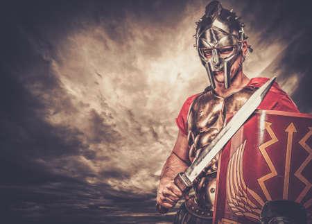 soldado: Soldado legionario contra el cielo tormentoso