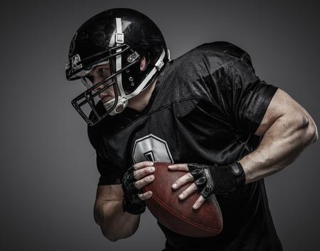 futbolista: Jugador de fútbol americano con pelota Foto de archivo