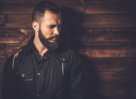 waxed: Hombre guapo con barba llevaba chaqueta de lona encerada