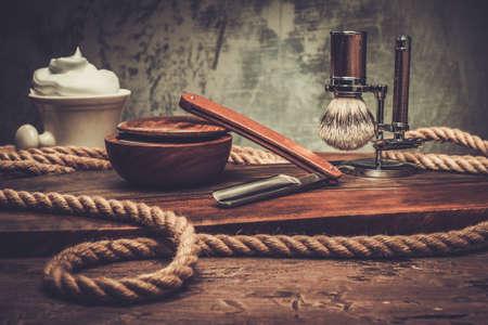 peluqueros: Afeitarse accesorios sobre un fondo de madera de lujo