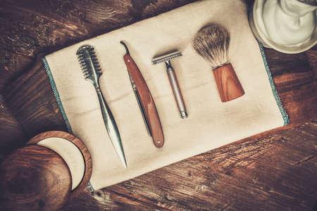 barbero: Afeitarse accesorios sobre un fondo de madera de lujo