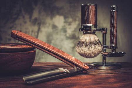 peluquero: Afeitarse accesorios sobre un fondo de madera de lujo
