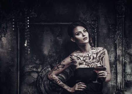 arte moderno: Hermosa mujer tatuada en el interior de viejos espeluznante
