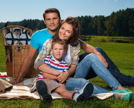 familia pic nic: Familia joven con comida campestre al aire libre