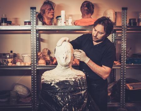 efectos especiales: Hombres durante el proceso de lifecasting en un taller fx especial protésica