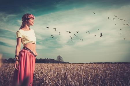 mujer hippie: Hermosa chica hippie en un campo