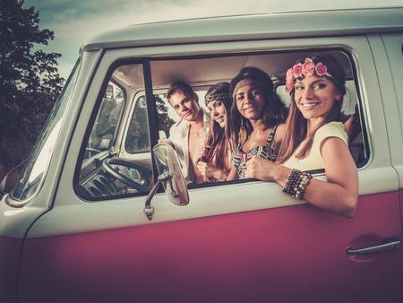 mujer hippie: Amigos hippie multi-étnicas en un viaje por carretera