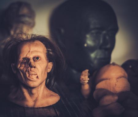 efectos especiales: Máscaras y maniquíes en un estante en prótesis taller especial fx